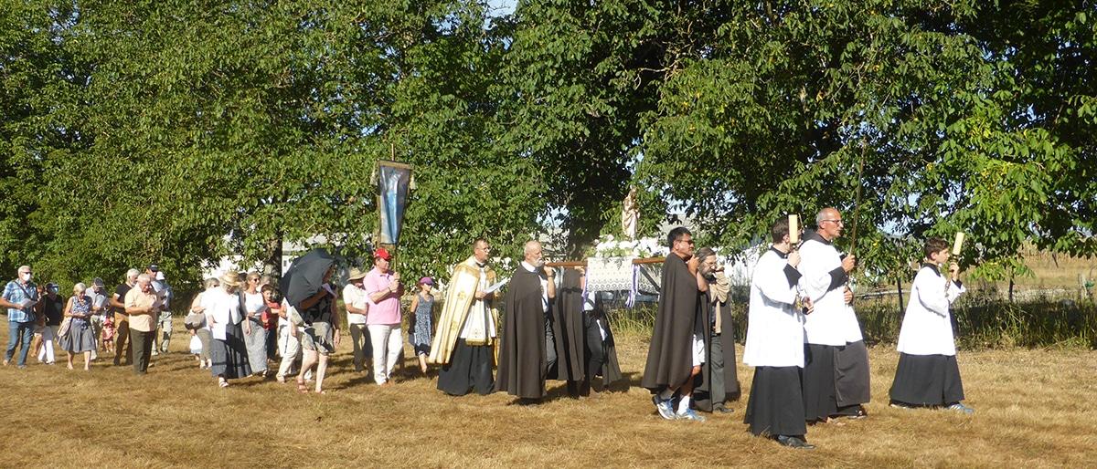 Dévotion mariale procession du 15 août à la ferme aux mille lumières ermitage Saint Bede